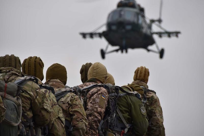На Хмельниччині спецпризначенці десантуються в умовний тил противника з вертольотів Мі-8МТ