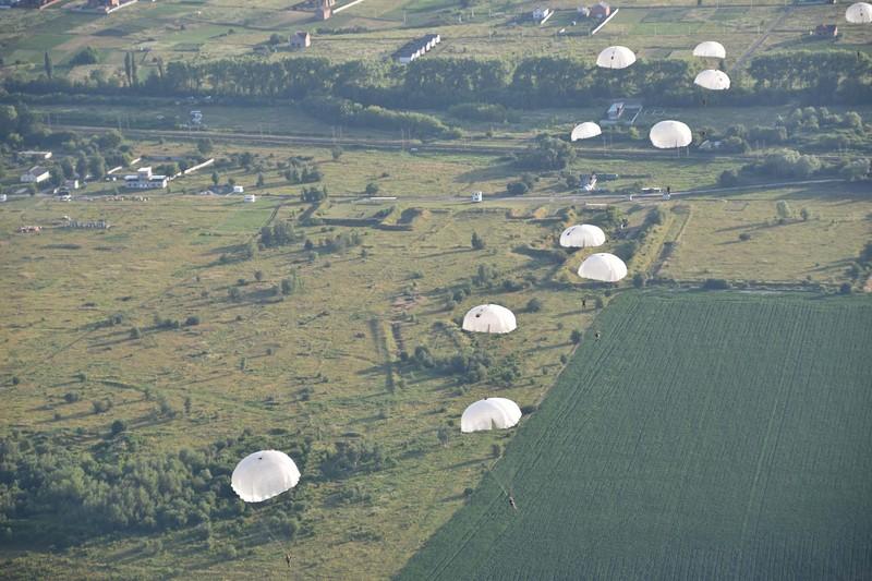 Бійці відпрацьовують десантування груп повітряним способом