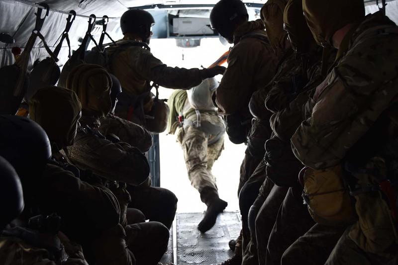 На Хмельниччині спецпризначенці відпрацьовують тактику дій десантуючись в умовний тил противника