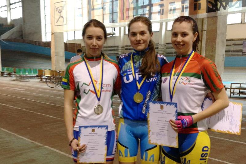 Вікторія та Ірина Лазурко (у світлому) здобули нагороди на чемпіонаті України