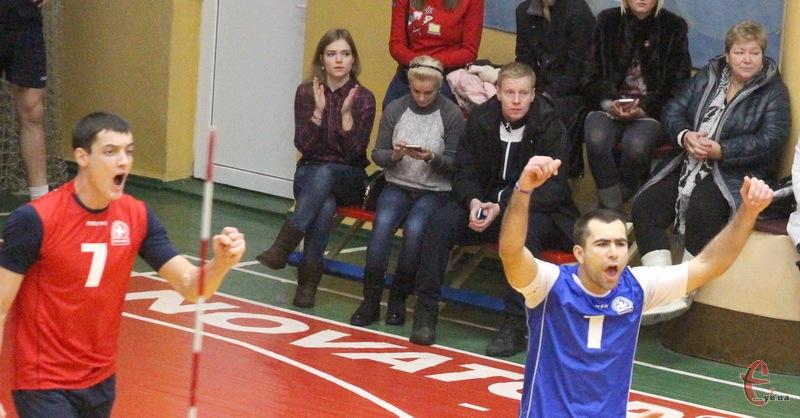Олексій Денін (у червоному) та Сергій Попов (у синьому) виграли перший тур чемпіонату України з пляжного волейболу