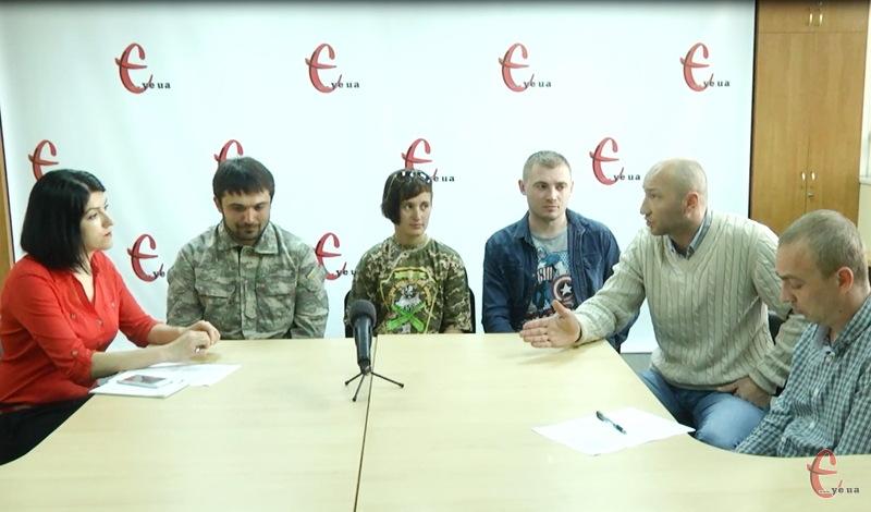 Більше години волонтери згадували та розщповідали про те, як вони збирають допомогу для армії, яка нині боронить нас на сході країни