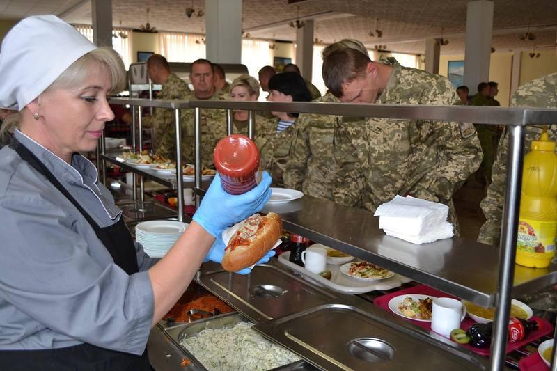 Хмельницьких спецпризначенців сьогодні годували хот-догами, картоплею фрі та іншими сравами американської кухні