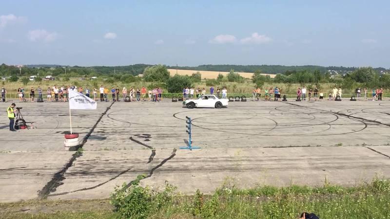 Поки що на території аеропорту проводять змагання та автомобільні шоу.