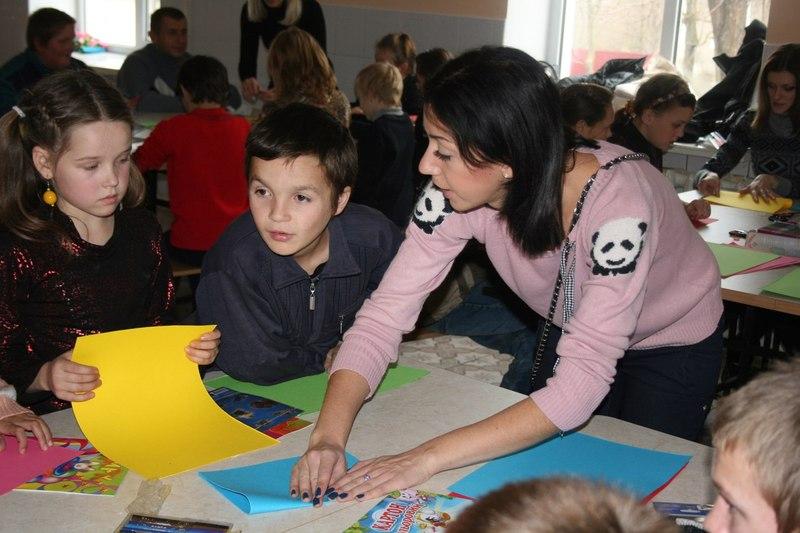 Діткам не лише привозять солодощі й подарунки, а й влаштовують майстер-класи