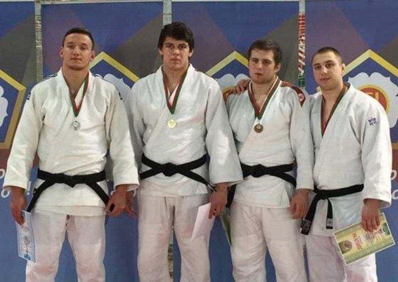 Олександр Романюк (перший ліворуч) став срібним призером чемпіонату Білорусі