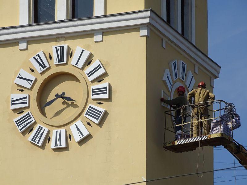 Годинникар вирішив зробити подарунок Хмельницькому й змонтувати додатковий циферблат за власні кошти