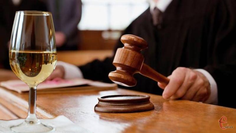 За продаж однієї пляшки вина суддя присудив штраф у 1700 гривень.