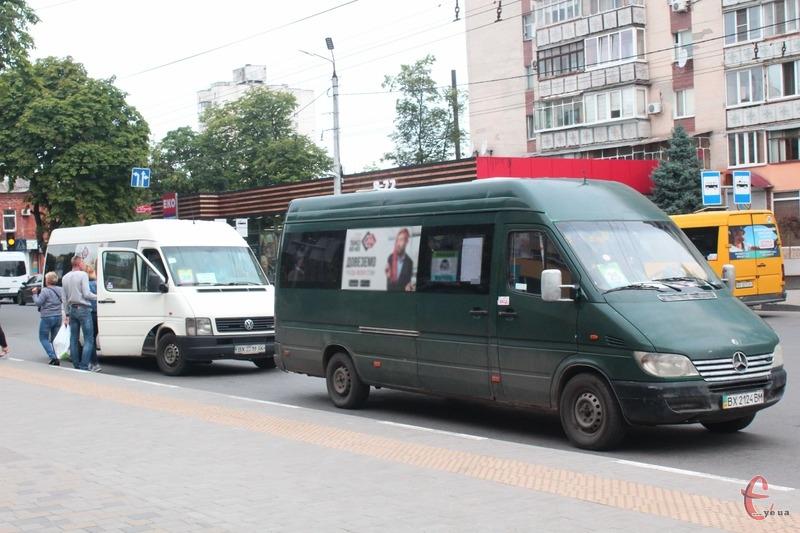 Водій каже, що йому довелося перевозити «стоячих» пасажирів, бо вони не хотіли покидати маршрутку