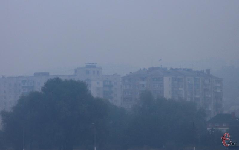 У деяких районах Хмельницького через дим невидно будинки, які розташовані в декількох сотнях метрах