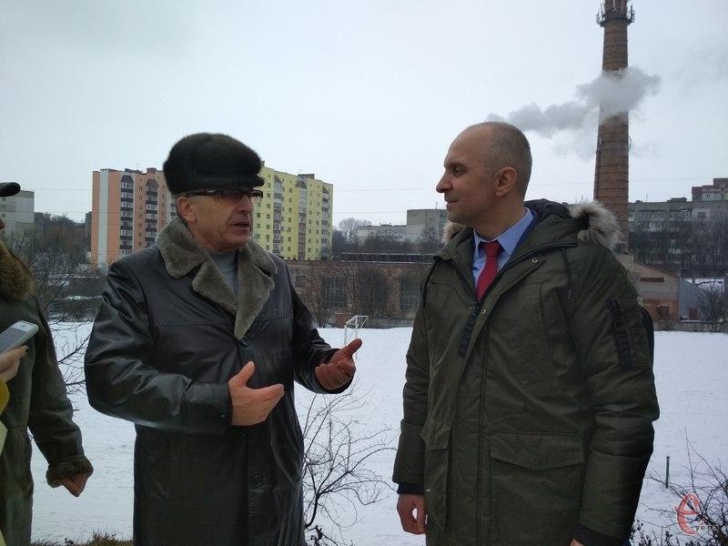 Директор КП «Теплокомуненерго» Володимир Скалій показує голові Держенергоефективності Сергію Савчуку сонячні батареї, які встановлені на котельні