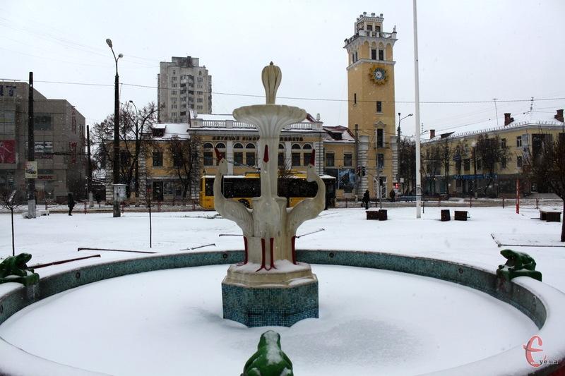 Через снігопади Хмельницький нагадує безлюдне місто. В центрі майже ніхто не гуляє