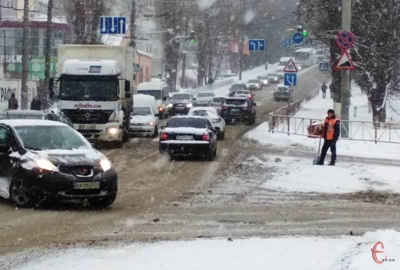 Через негоду, рух на дорогах обласного центру ускладнений