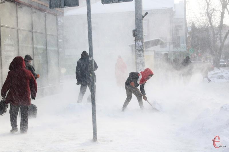 У Хмельницькому продовжують розчищати тротуари