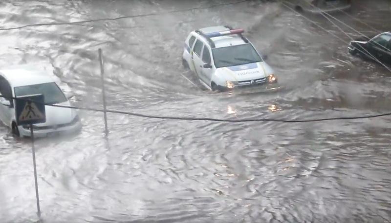 Поліція пропливає вулицею Зарічанською