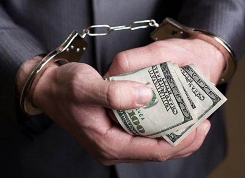 Правоохоронця затримали під час передачі грошей