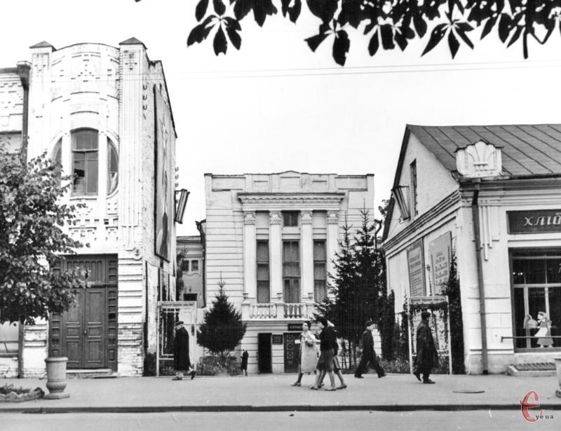 """Театр у глибині, праворуч – гастроном """"Золота нива"""", ліворуч – старий корпус медучилища. Фото 1960-х."""