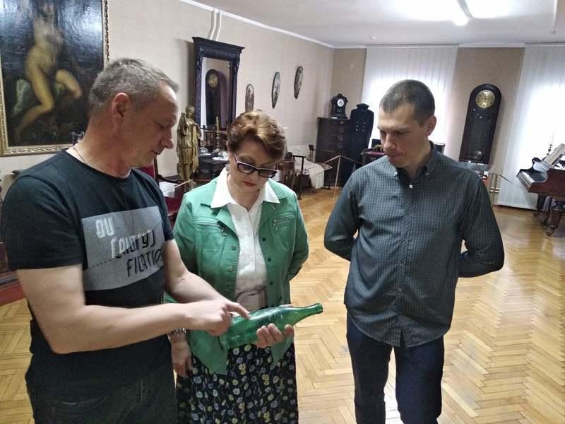 Старовинну пляшку передав музею Сергій Добжанський