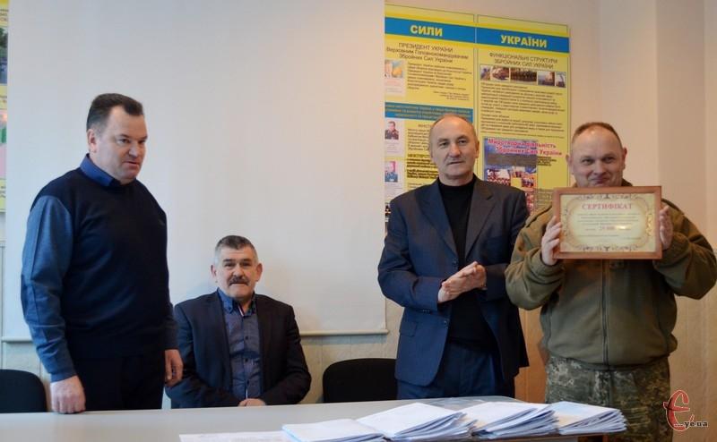 Сергій Іванович вручив сертифікат, який засвідчує надання благодійної допомоги у розмірі 25 тисяч гривень