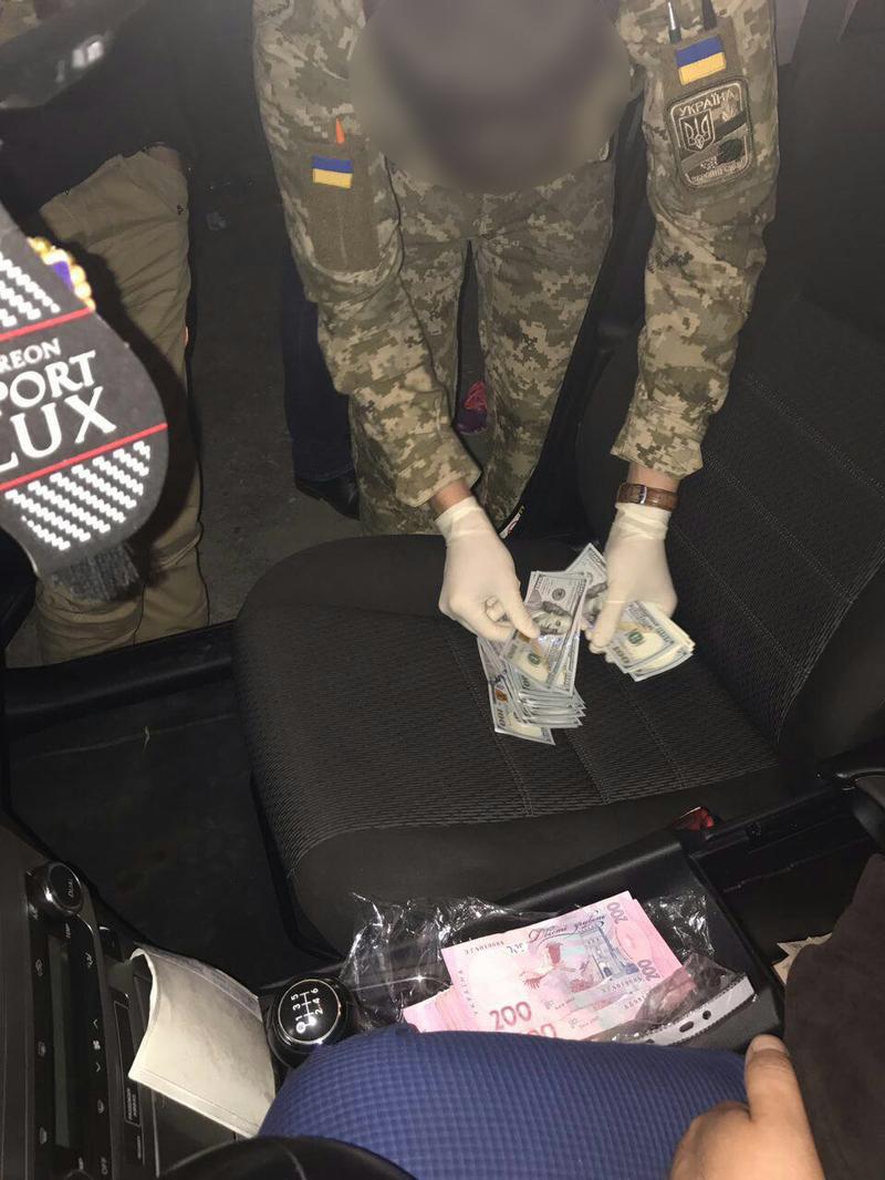 На Хмельниччині військова прокуратура затримала ревізора-хабарника