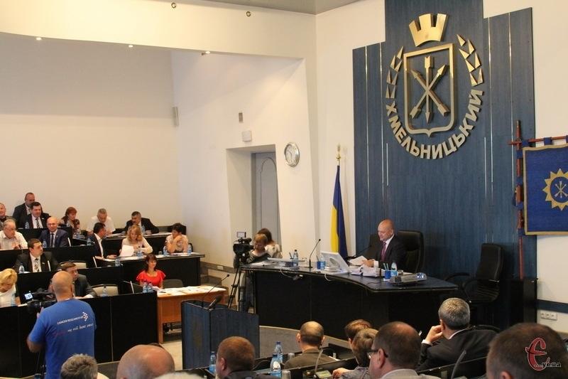 За 42 мандати в Хмельницькій міській раді позмагаються представники 19 політичних партій