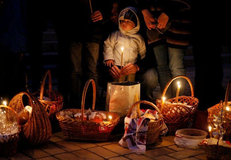 На Великдень, як дорослі, так і малі, йдуть до церкви, де освячують великодні кошики