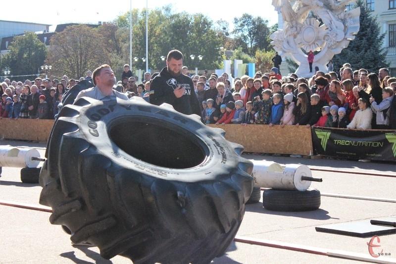 Спортсмени перекачували 360 кілограмове колесо