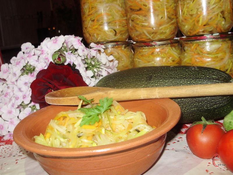 Вам не доведеться проводити цілий день на кухні, оскільки для приготування такої заготовки, необхідно лише нарізати овочі й змішати їх із маринадом.