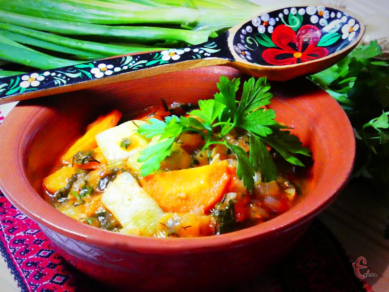 Овочеві рагу відносяться до тих страв, які можна їсти все літо, експериментуючи з набором інгредієнтів.