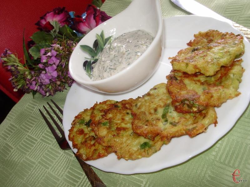 Оладки подавати з соусом «Тартар» або зі сметаною чи йогуртом.