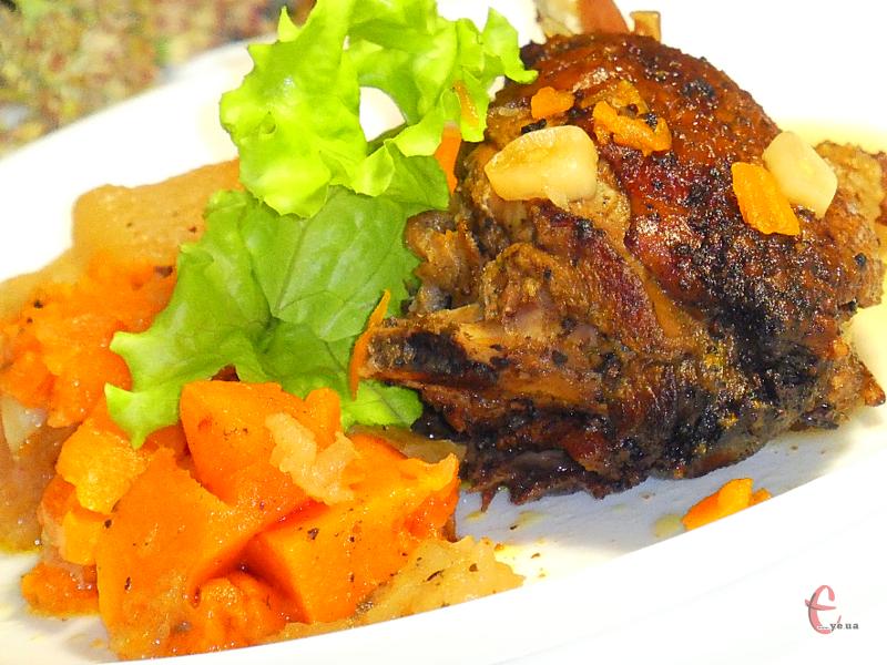 Дуже вдалий рецепт приготування качки — м'ясо немов «знежирюється» завдяки гарбузу та кислим яблукам, при цьому фрукти й овочі такі смачні, що з'їдаються вмить на рівні з м'ясом.