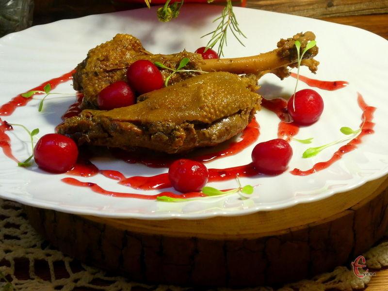 Вишні ідеально підходять до качки, м'ясо виходить дуже вишуканим й буквально само відділяється від кісточки.