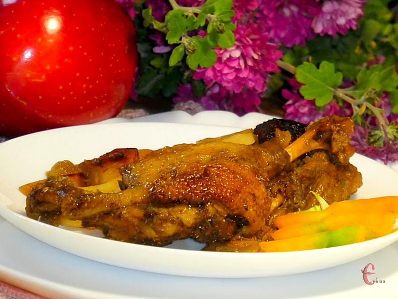 Завдяки яблукам м'ясо птиці м'яке, соковите, ніжне й ароматне, а картопля просочується м'ясним соком та жиром!