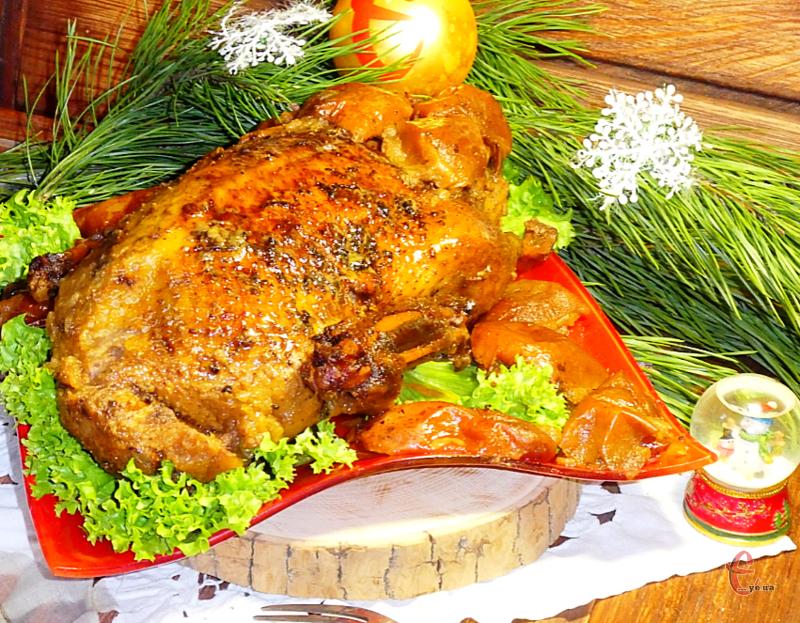 М'ясо виходить соковитим та ніжним, а завдяки яблукам та ягідному джему має приємний кисло-солодкий присмак та просто неймовірний аромат!