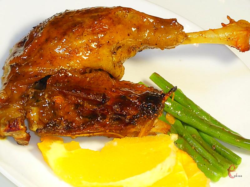 Подавати качку, поливаючи її апельсиновим соусом-глазур'ю.