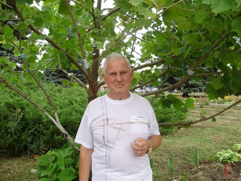 Моїми платанами нині милуються і кам'янчани, і гості міста, – каже пан Петро