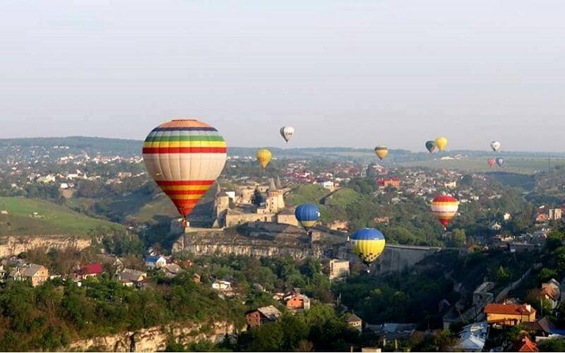 Паперовий аеростат був виготовлений та запущений в жовтні 1784 році в Кам'янці-Подільському