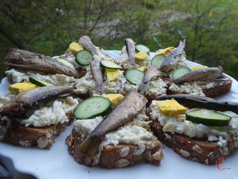 Такі бутербродики підійдуть для святкового столу, для пікніка та перекушування, або на сніданок.