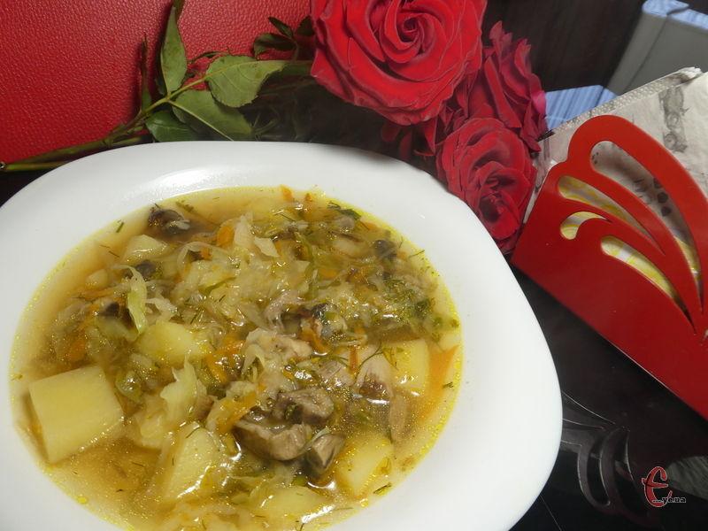 Ця перша страва виходить дуже наваристою, трохи кисленькою, з приємним смаком білих грибів і квашеної капусти.