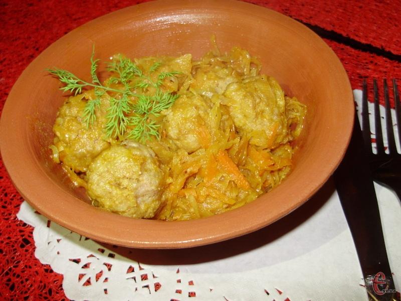 Простий рецепт приготування капусти, тушкованої з м'ясними фрикадельками, в пікантному томатному соусі.