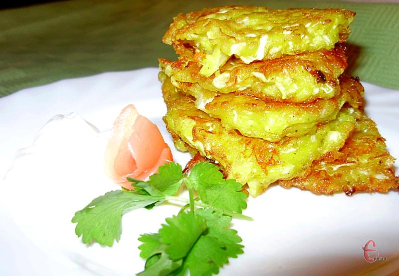 Це дуже ніжні й смачні оладки з капусти, які готуються досить просто з доступних продуктів.