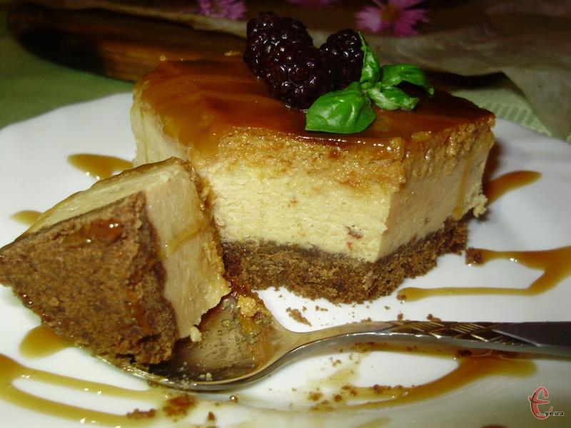 Якщо маєте витримку, то поставте чіз у холодильник на день — цей десерт найкраще смакує після того, як добре охолоне.