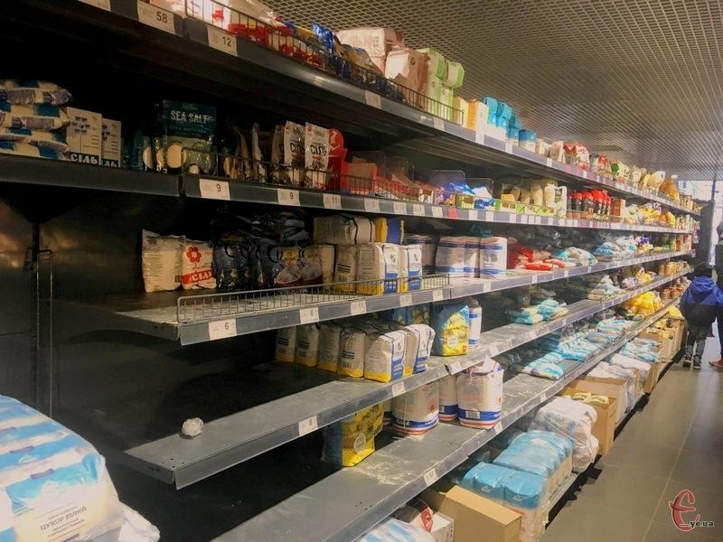 На полицях супермаркетів поменшало товарів