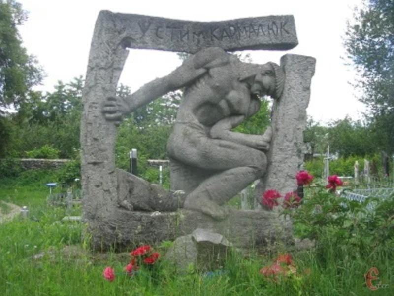 Пам'ятник, який встановили в Летичеві, де, за переказами, ймовірно міг бути похований Устим Кармалюк