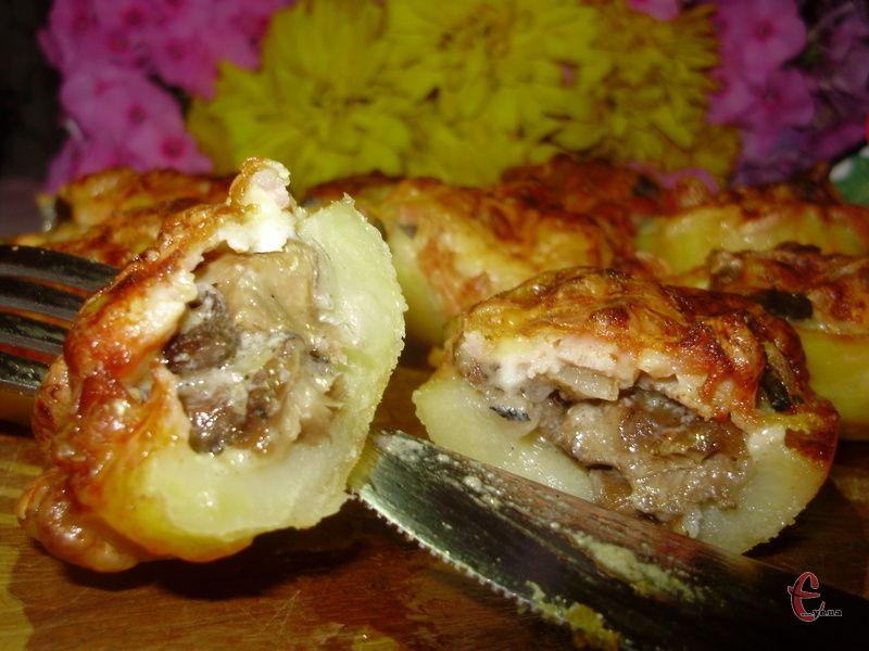 Аромат від такої картоплі стоїть приголомшливий! Подавати її краще одразу ж, як тільки зійде перша хвиля жару після духовки.