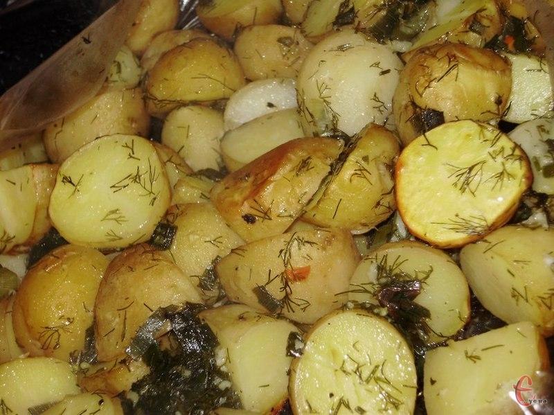 Спробуйте запекти картоплю в духовці, і не просто в духовці, а в рукаві із часниковим соусом. Процедура приготування дуже проста, ніяких складнощів немає, проте смак... словами не передати.