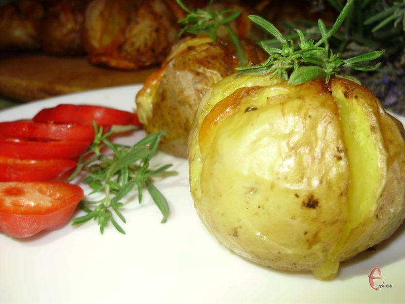 Якщо у вас немає часу на приготування, але потрібно швидко нагодувати рідних, можна просто запекти картопельку в духовці разом із сиром та вершковим маслом.