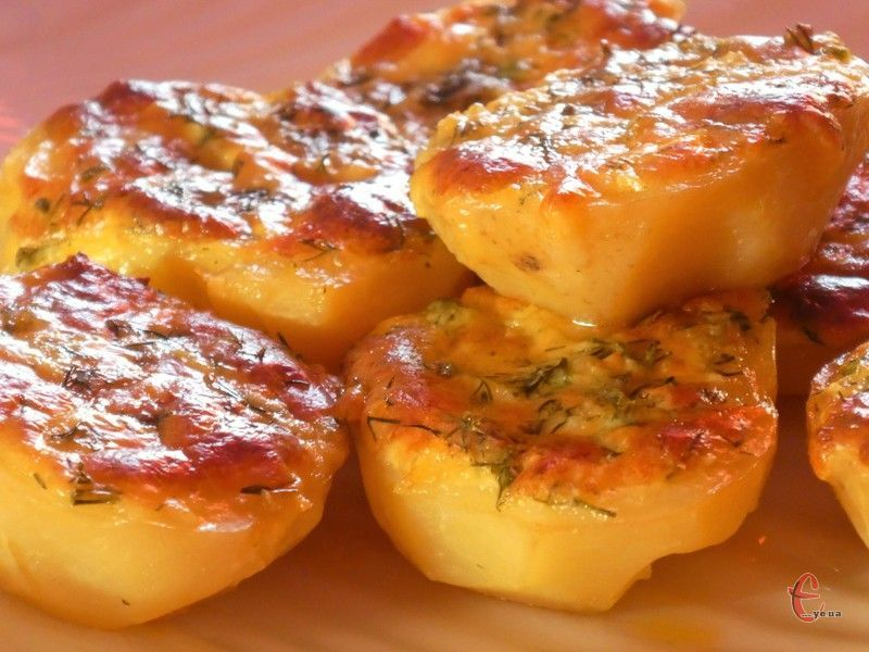 Мінімум зусиль та часу – і на столі у вас дуже смачна та святкова страва з картоплі.