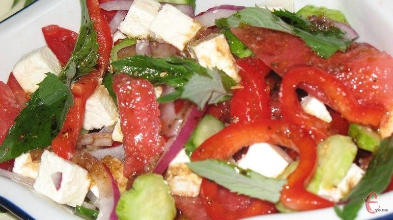 Цей салат середземноморської, а точніше грецької кухні, має незвичайний і дуже яскравий смак.