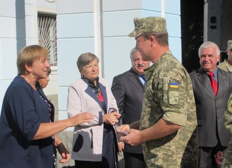 Мати загиблого Героя разом із представниками громадських організацій вручили народні відзнаки українським військовим
